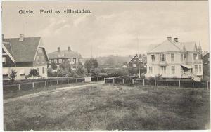 Vykort med gammal bild av Villastan som visar den ursprungliga idén med enhetliga staket.