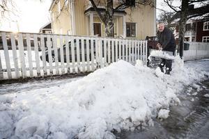 Åke Söderqvist skottar undan den blötsnö som blockerar garageuppfarten i Karlslund.