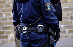 Skulle en pacifistisk polisman kunna vägra att använda sitt tjänstevapen genom att åberopa samvetsfrihet?