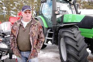 """Tillsammans med en rad andra maskinföretag fanns Roland Johansson på plats för att visa upp de senaste tillskotten. """"Det finns bara två bygder kvar där det säljs jordbruks- maskiner. Och det är i Oviken och Offerdal""""."""