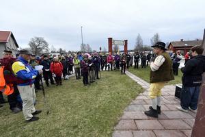Vandringsledarna Per Gilén och Jan-Olof Montelius informerar om vandringen.