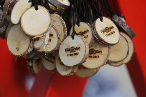 Finfina medaljer av äkta trä fick alla som fullföljde loppen.