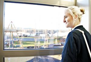 Cornelia Agardh gillade utsikten över Bysjön från en av de öppna lärytorna där eleverna ska kunna sitta och plugga och umgås.