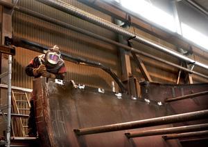 Mycket svets. Stig Persson döljs bakom svetsmasken där man av transportskäl måste bygga kvarnarna i delar.