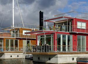Aquavillor i Solna. Om villorna på vattnet blir av i Gävle kommer de att se ut som husen i Solna. Grunden väger 200 ton och är gjord av samma betong som vägbroar byggs av. Därför är de mycket stabila, enligt Roger Alm på företaget AquaVilla.