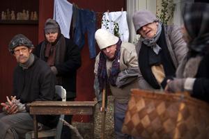 Även de fattiga ska bjudas på mat när det är jul. Fredrik Longueville, Joakim Sundman, Lars Gustafsson och Per-Anders Gustafsson ser misstänksamt mot kommandoran, som roffat åt sig korgen med godsaker.