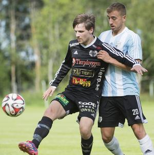 Ännu en förlust för Strömsberg mot Sollentuna hemma på Heden med 3-1 Oskar Åklund uppvaktad av Sollentunas Sotirios Nikopoulos.