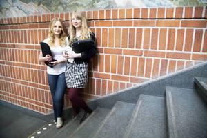 Regionförbundet jobbar med en strategi för att få ungdomar att stanna kvar i länet. Maria Hedlund och Maja Bringsaas, båda förstaårselever på gymnasiet, vill bort. Båda lockas av England.