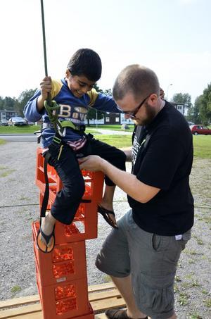Uppbackad. Simon Ihs hjälper Jehi att få ordning på de staplingsbara backarna. Bild: JAN WIJK