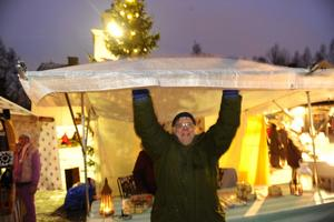 Tommy Lindqvist rensade ståndets tak från regnvatten.