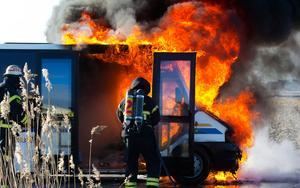 Övertänt. Den lilla skolbussen från Björks Buss var övertänd när brandmännen kom till platsen.