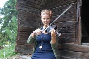 Järvsötjejen Samantha Ohlander kommer att spela med två av banden i Årets unga folkmusikband som arrangeras under Ungdomskalaset.