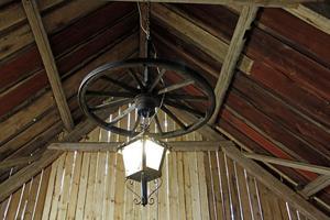 Två sådana här lampor hänger i taket i westersaloonen.
