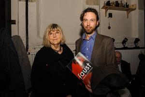 Förra kommunalrådet Eva Gillström, S, med sonen Arvid såg fram emot föreställningen.   – Det är dubbelt kul eftersom jag var med och drev fram gasklockorna och var med och startade Folkteatern, berättade Eva.
