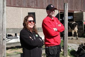 Bönderna Anneli Gustavsson och Mikael Svärd kunde nöjt konstarera att kosläppet förlöpte utan incidenter.