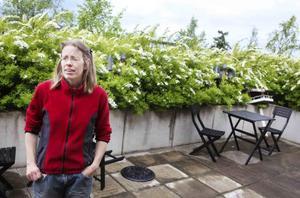 Åsa Green på vandrarhemmet Ledkrysset där gästerna har tillgång till två stora terrasser.