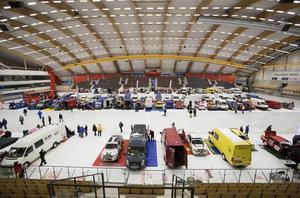 Deltagarna uppställda i Göransson Arena inför starten av Vinterpokalen, SM-rallydeltävlingen som avgörs i Gästrikeskogarna.