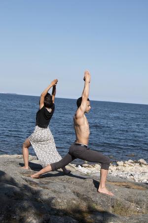 Baia Abuladze och Ibrahim Tunc passade på att göra lite yoga på klipporna. Båda deltar i en internationell teatervecka i Gävle men på lördagen tog alla ledigt och åkte till Furuviksparken.