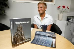 livet med cancer. Anders Södergård, 32 år, jobbar som läkare hos Tiohundra i sommar. Han har skrivit en bok, Strålmannen, om livet efter att han fick beskedet att han har en hjärntumör.