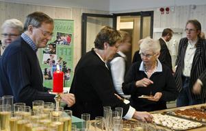 Det var tätt bland besökarna dit bland andra politikerveteranerna Maud och Bengt Björnemalm kunde räknas.