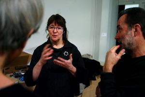 Mona Nilsson, utställningsproducent vid länsmuseet och fem-i-tolv-rörelsens projektledare i Härnösand förklarar hur de har tänkt när utställningen planerades. Den är lätt att flytta och ryms i små utrymmen.