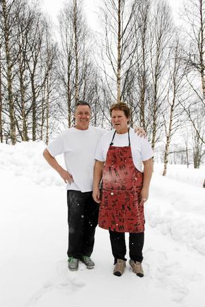Lillian och Aron utanför bakstugan, där utsikten vanligtvis är fantastisk över Blåsjön. Den här dagen drog snöbyar förbi och skymde en del.