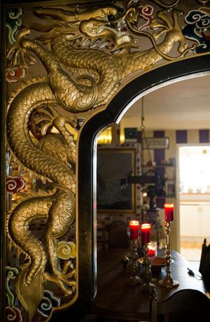 Portalen är handsnidad i Kina.