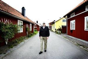 Gränslandet. Gränsen mellan Strömsbros riktigt gamla delar och de som planlades under mitten av 1800-talet går vid Skolgatan. Enligt fastighetsägareföreningens ordförande Rune Westergren finns i dag totalt bara en handfull hus som har kvar sina ursprungliga utseenden.