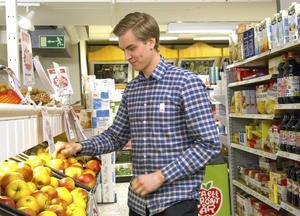 Arbetet i en affär är varierande och roligt, tycker David Eriksson.