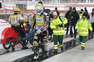 Rospiggarnas Jonas Andersson inledde tävlingen med en krasch på grund av gashäng. Här haltar han tillbaka med förmodad lårkaka. Men skadan hindrade inte Andersson som slutade på femte plats som debutant i dessa sammahang.