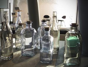 Inspiration i vårsolens glans? En samling flaskor i ljust färgat glas på Formex-mässan i januari fick de nyvakna solstrålarna att dansa. Flaskorna kommer från Dixie Interiors.