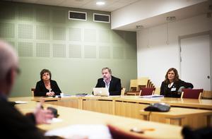 Delar av landstingsstyrelsen, från vänster Harriet Jorderud (S), Robert Uitto (S) och Anna Hildebrand (MP).