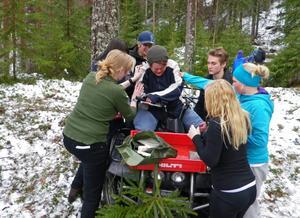 I en fingerad olycka med en fyrhjuling får lägerdeltagarna lära sig att ta loss en person som sitter fastklämd.