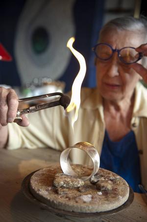 Rosa Taikon, känd silversmed, bor i en liten by utanför Ytterhogdal.
