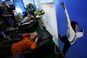 Cathrine Svensson från Sundsvall provade en massagefåtölj. Behandlingen som knådar hela kroppen på en gång tyckte hon kändes rejäl.