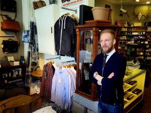 Tidigare har det sålts onepiecedräkter, t-shirts, tvålar, och väskor på de 37 kvadratmetrarna i Gallerian Nian där Mikael Jönssons Uncle Frank håller till. Sortimentet av accessoarer, skönhetsprodukter och livsstilsartiklar riktar sig till män. Presenter och rakprodukter säljer bäst.