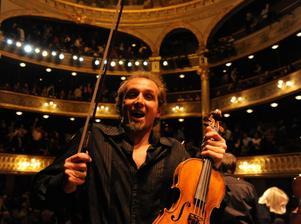 Den visslande violinisten. Fenomenet Gilles Apap show är i stan.