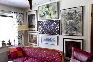 TV-rum med tjockteve, röd 30-talssoffa och konst.