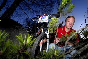Hemma igen. Junioren Mattias Nilsson från Falun besegrade världseliten i lördagens världscuptävling i Belgien. I går pustade han ut hemma i Falun.