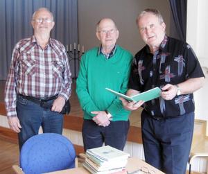På bilden från vänster: ordförande Henry Haxner, Hans O. Sundqvist och dagens underhållarePer Söderberg.