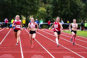 Madeleine Dahlberg, Piteå IF, springer hem damernas 100 meter, före Anna Engelin, ÖGIF och Ellen Tyni Bogandoff, Nedre Sopporo.