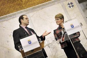 Till slut blev det ett paket för att undsätta bilindustrin. Sverige gör som EU; häller ut miljarder för att rädda vad som räddas kan. Anders Borg och Maud Olofsson läste upp detaljerna i går.