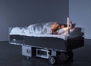 Konstnären Carsten Höllers verk Two roaming beds (grey): konst och övernattning i ett.