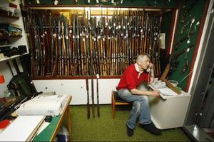 Här i sin bunker kan Felix Johansson sitta och göra affärer med sina vapen.