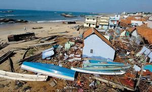 ÖVER HAVET. I Indien mister över 16000 människor livet. Här syns en by i provinsen Tamil Nadu i södra Indien där vågorna dånat in över stränderna. Även till Indien kommer vågorna först efter 1,5 timme. Ett fungerande varningssystem hade kunnat rädda många liv.