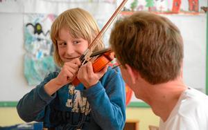 Fiolen i klassrummet. Jonte Renz tar chansen att testa spela fiol när Thomas Fichtner är på besök i Järnboås skola.