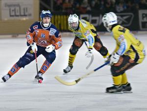 Veteranen Patrik Larsson börjar hitta rytmen, och gjorde det första målet i derbyt redan i den fjärde minuten.