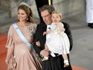 Prinsessan Madeleine, Chris O'Neill och dottern Leonore på väg till prins Carl Philips bröllop.