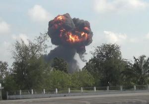 Eld och rök stiger upp från olycksplatsen på denna bild som togs strax efter olyckan.