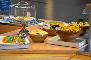Måltidsverksamheten i Kumla arbetar med att klimatanpassa menyerna. Ett exempel kan vara när man, som på bilden, lyfter fram vegetarisk mat.